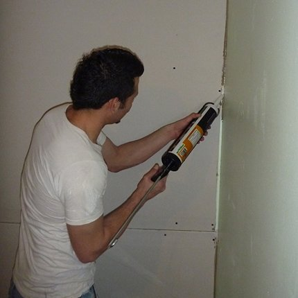 Applying Green Glue Soundproofing Compound to Drywall